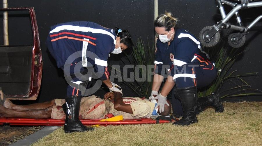 Imagem: Vitima sendo atendida por profissionais do Samu Motorista em alta velocidade, perde o controle e fica preso ás ferragens com graves ferimentos