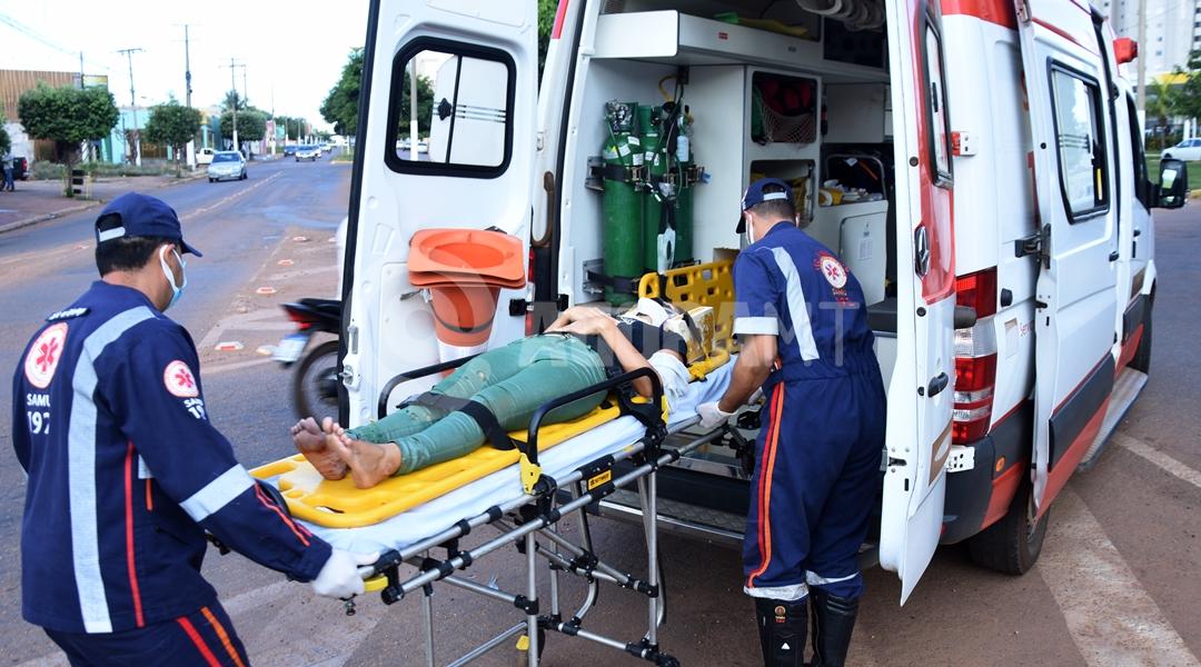 Imagem: Vitima sendo colocada na viatura para unidade Hospitalar Acidente entre carro e moto deixa mãe e filha feridas