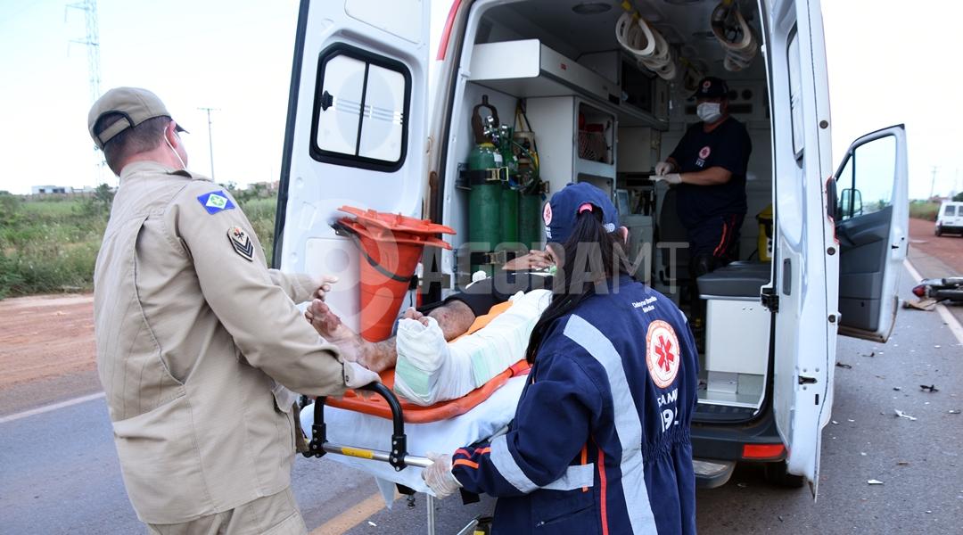 Imagem: Vitima sendo conduzida para o samu Motociclista invade a pista contrária e fica em estado grave