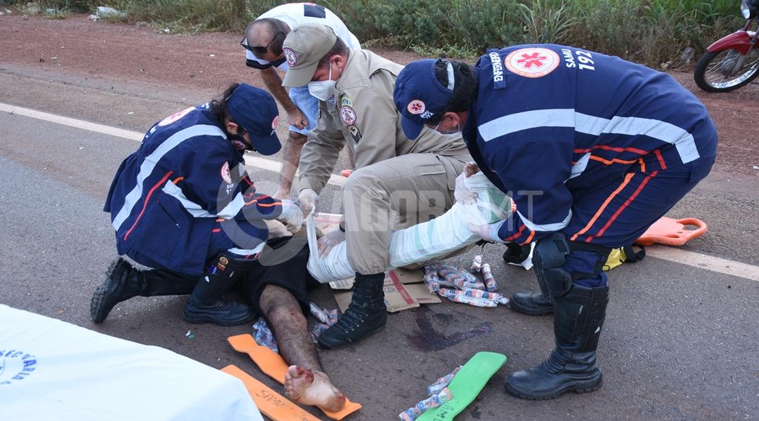 Imagem: Vitima sendo imobolizada pelo samu Motociclista invade a pista contrária e fica em estado grave