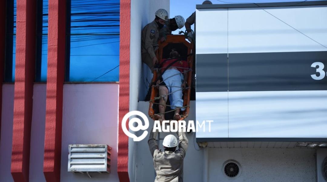 Imagem: Vitima sendo resgatada pelos Bombeiros Pintor sofre choque elétrico e é socorrido com queimaduras pelo corpo
