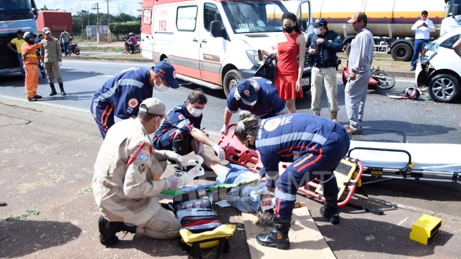 Imagem: acidente br364 atendimento samu foto varlei cordova 2 Dois ficam feridos após acidente envolvendo carros e motos na rodovia