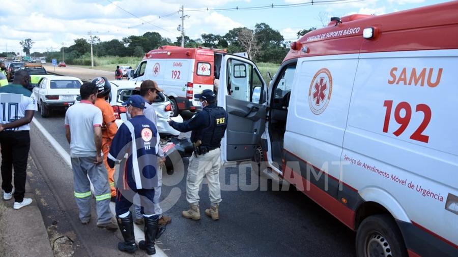 Imagem: acidente br364 atendimento samu foto varlei cordova 3 Dois ficam feridos após acidente envolvendo carros e motos na rodovia
