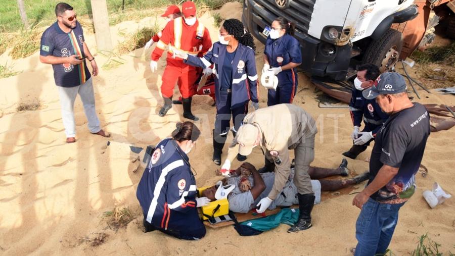 Imagem: acidente mt 130 foto Carreta bitrem tomba na MT 130 após bater em caminhão e carro