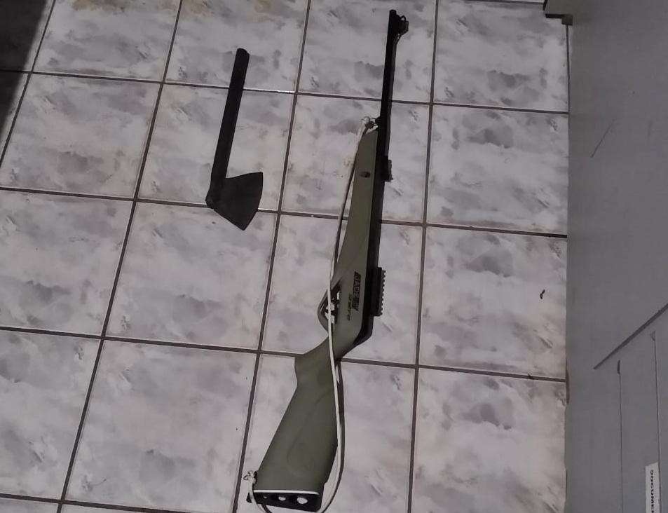 Imagem: armas apreendidas 1 Casal de adolescentes é apreendido e jovem preso após roubo a sítio