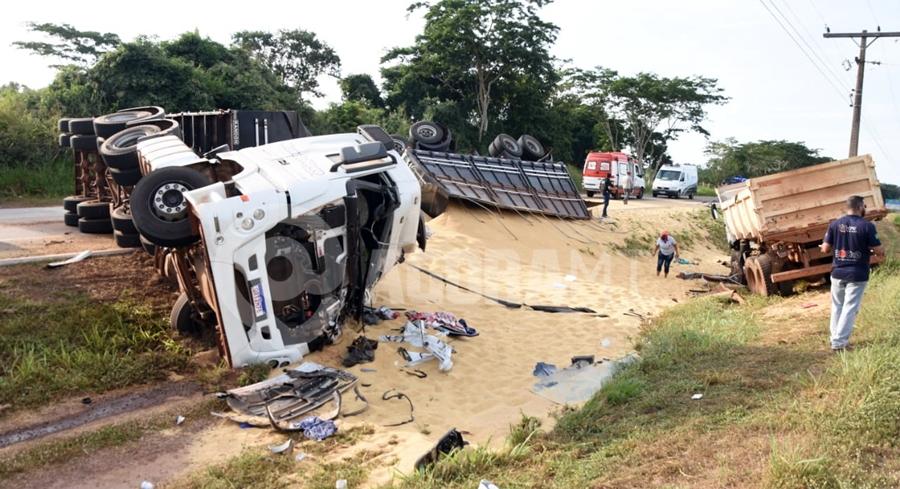 Imagem: carreta carregada acidente Carreta bitrem tomba na MT 130 após bater em caminhão e carro