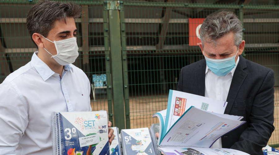 Imagem: gov livrosdidaticos Governador recebe material didático e destaca investimentos na Educação