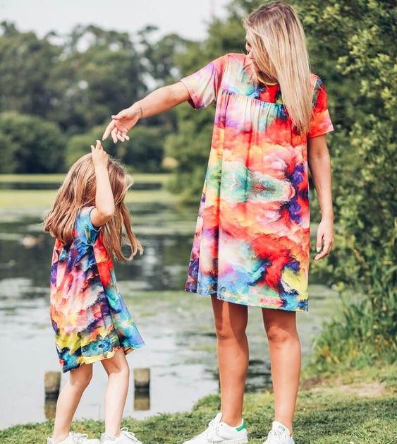 Imagem: mae e filha foto banco deimagens Mãe, a primeira experiência de amor
