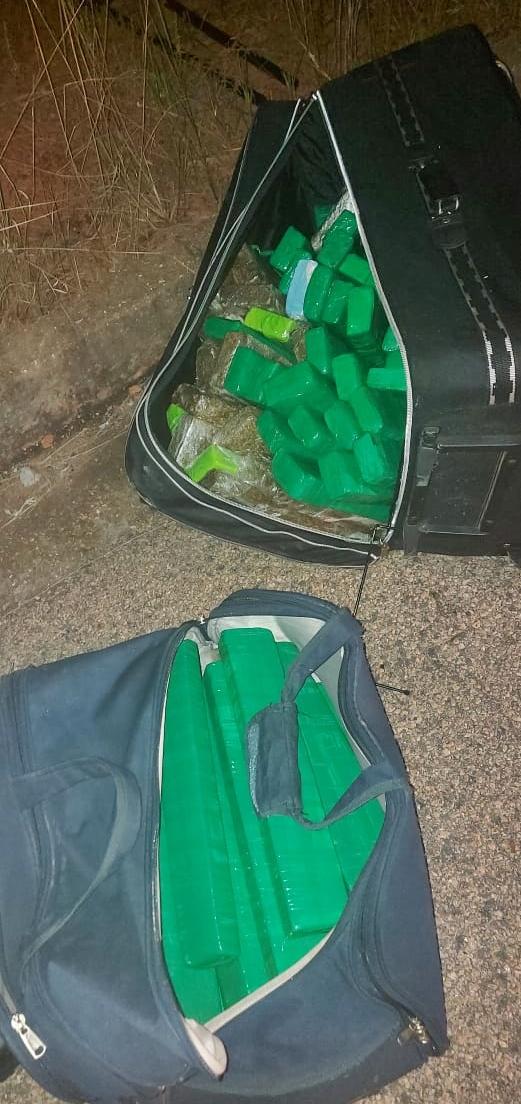 Imagem: malas maconha PM apreende malas abandonadas com cerca de 85 Kg de maconha