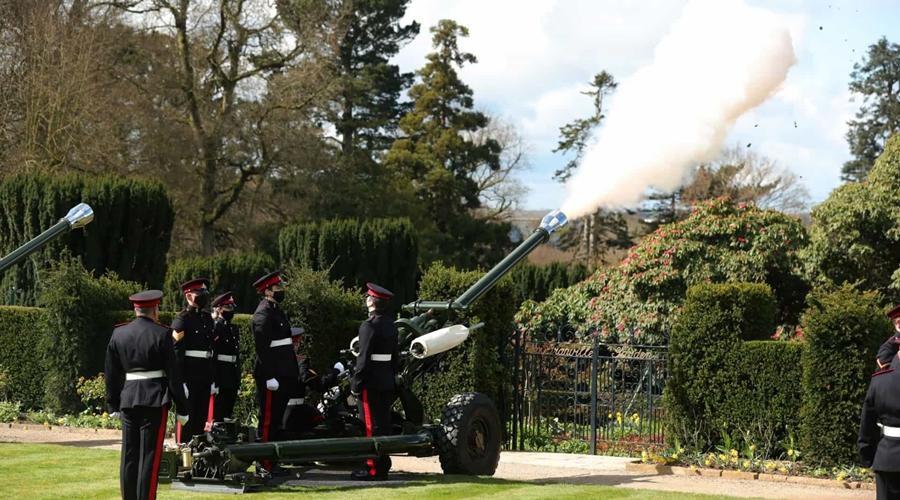 Imagem: naom 6071f2634e20c Com disparos de artilharia e flores, Reino Unido saúda príncipe Philip