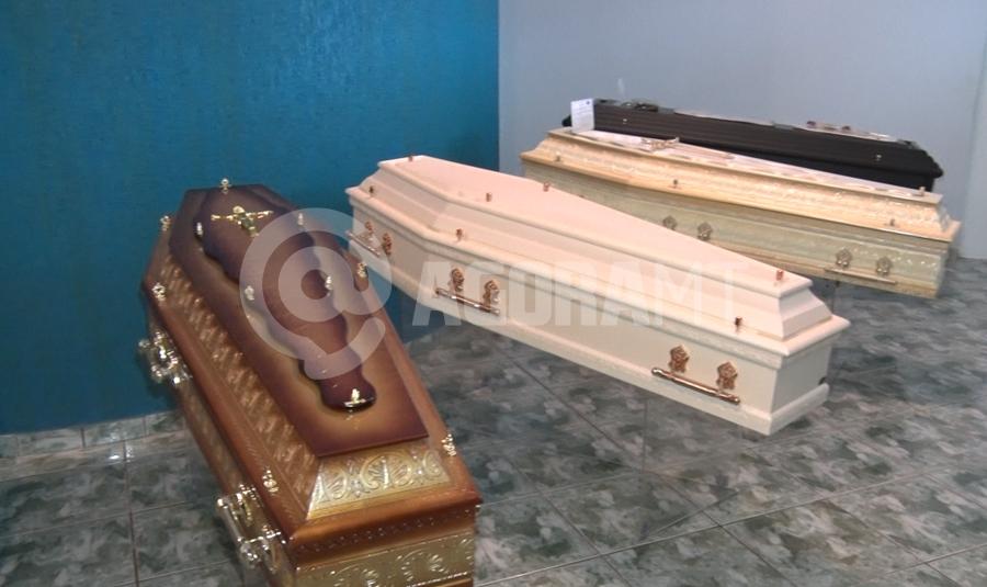 Imagem: urnas Procura por plano funerário cai e setor registra queda no faturamento