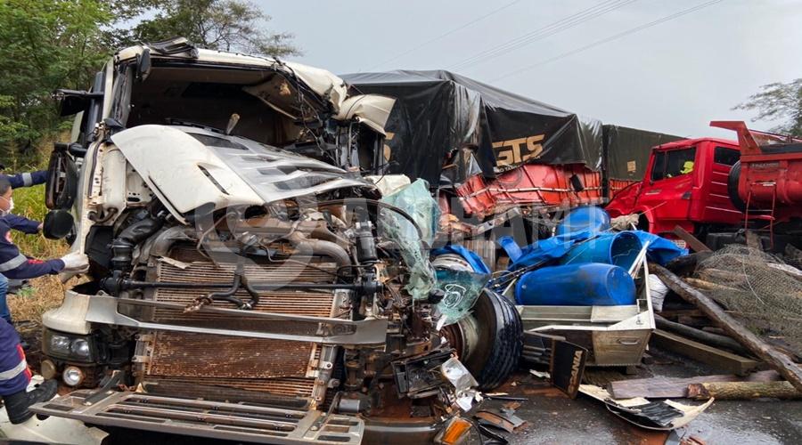 Imagem: A carreta ficou destruida Acidente entre caminhão e carreta deixa motorista morto