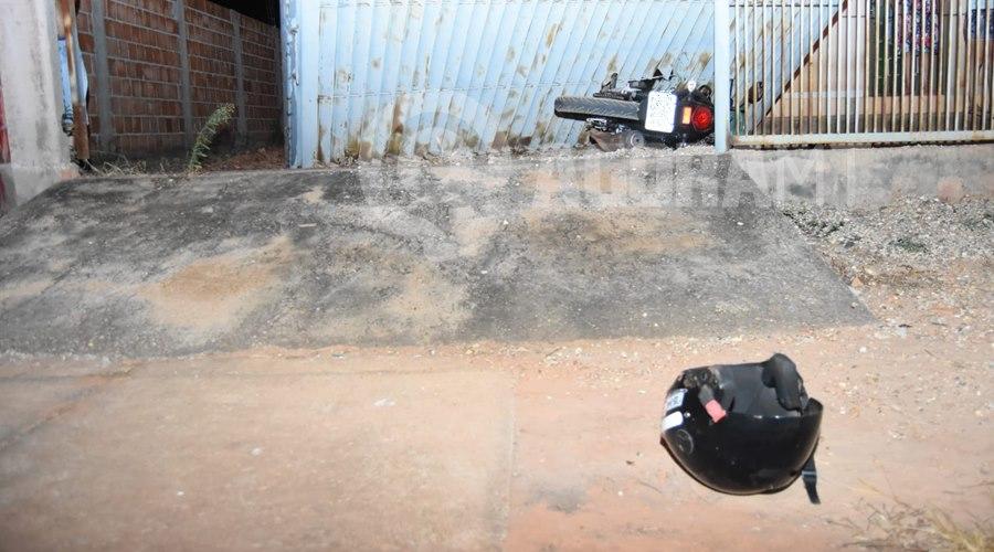 Imagem: A motocicleta ficou cravada entre o portao Acidente entre duas motos é causado após um dos condutores invadir a preferencial