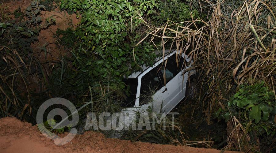 Imagem: Automovel Fiat Uno onde estava a familia Motorista perde o controle com farol muito alto de carro no sentido oposto