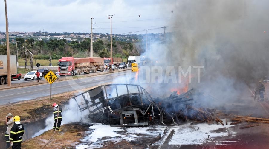 Imagem: Bombeiros apagando o incendio Duas carretas pegam fogo após caminhão-tanque tombar