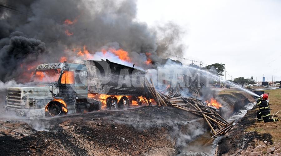 Imagem: Bombeiros contendo o incendio da carreta Duas carretas pegam fogo após caminhão-tanque tombar
