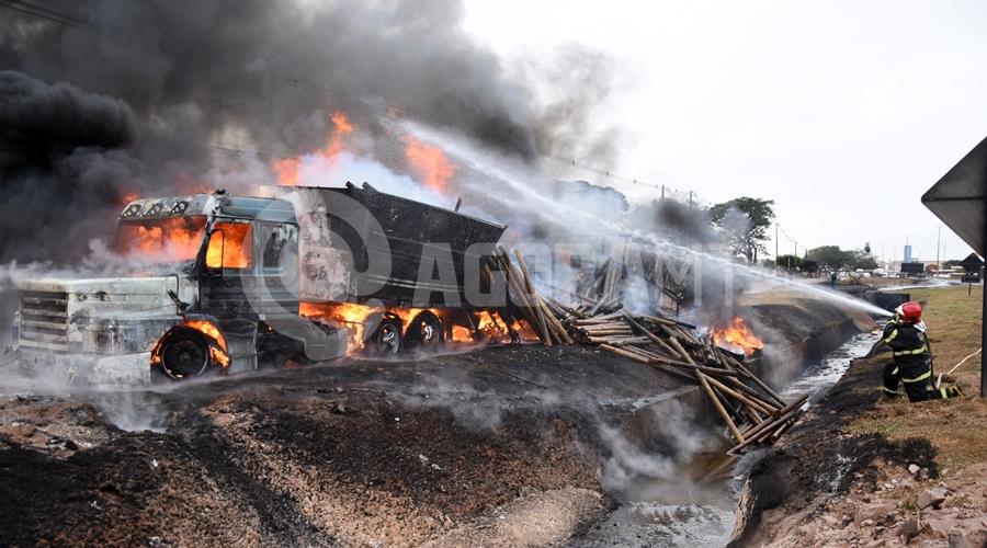 Imagem: Bombeiros contendo o incendio Duas carretas pegam fogo após caminhão-tanque tombar