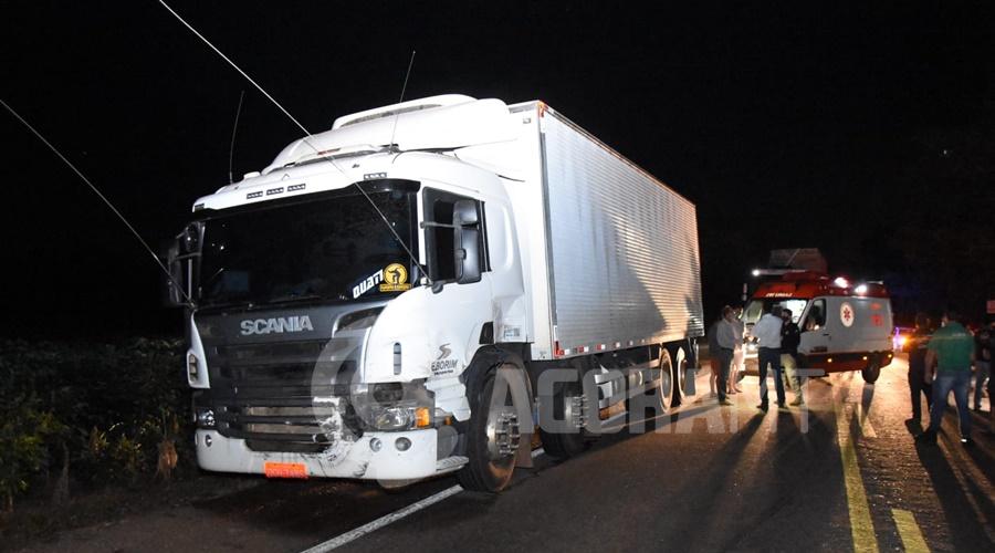 Imagem: Caminhao que carregava carne Atropelamento seguido de capotamento causa acidente com caminhão na BR - 364