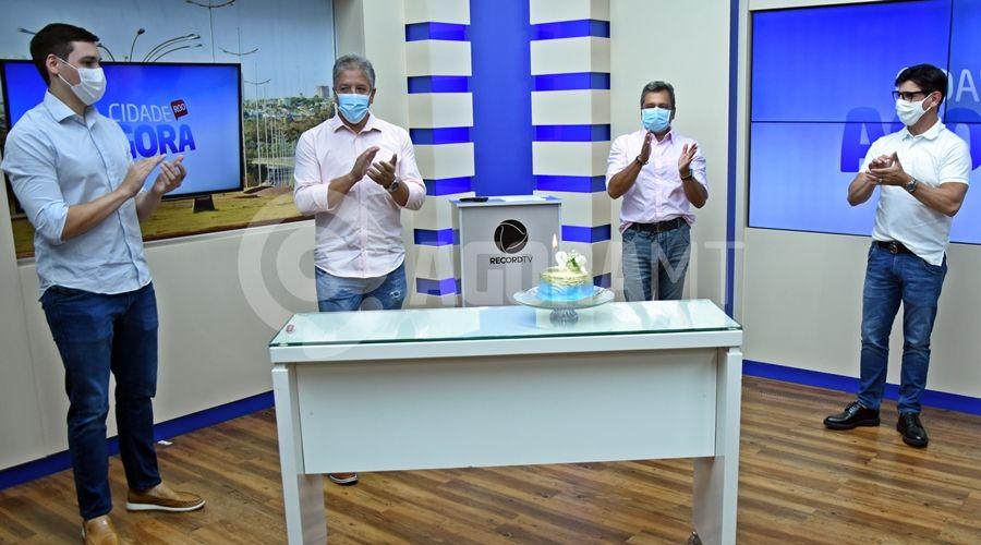 Imagem: Cantando parabens ao Renato Muzeti TV Cidade recebe visita do diretor da Record TV nacional