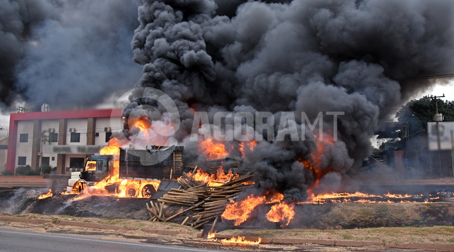 Imagem: Carreta pegando fogo na br Duas carretas pegam fogo após caminhão-tanque tombar