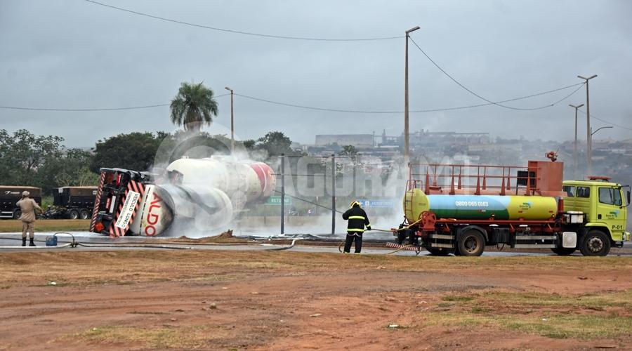 Imagem: Carreta tombada na br Duas carretas pegam fogo após caminhão-tanque tombar