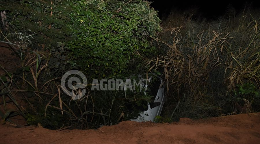 Imagem: Carro caido em buraco apos motorista perder o controle Motorista perde o controle com farol muito alto de carro no sentido oposto