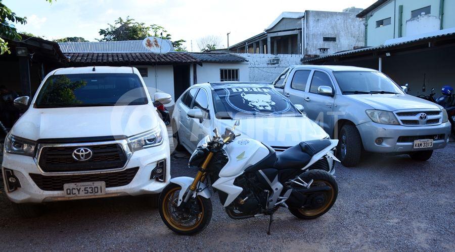Imagem: Carros e moto apreendido dela equipe da DERF Líder de associação criminosa é preso com ouro e carros de 'luxo'