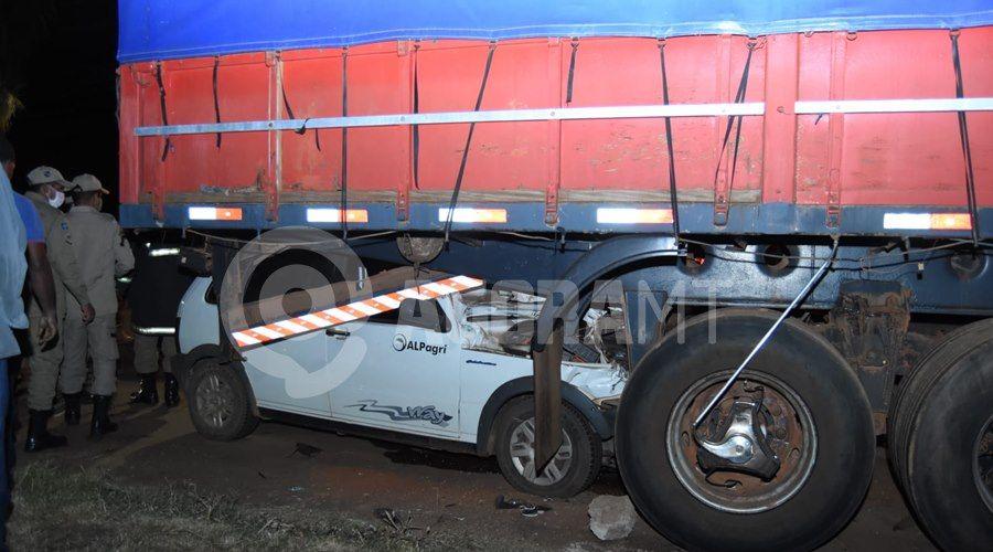 Imagem: Condutor do Fiat bateu na traseira da carreta estacionada Uno vai parar embaixo de carreta após acidente próximo ao viaduto