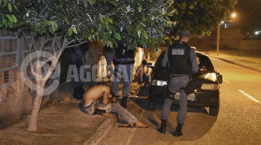Imagem: Condutor do veiculo Gol sendo detido pela Policia Militar Motorista atropela delivery, foge do local, mas é capturado e preso