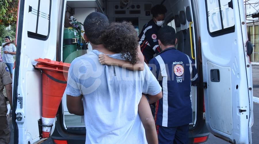 Imagem: Crianca sendo atendida pelo samu Duas crianças são atropeladas enquanto brincavam na Avenida Brasil