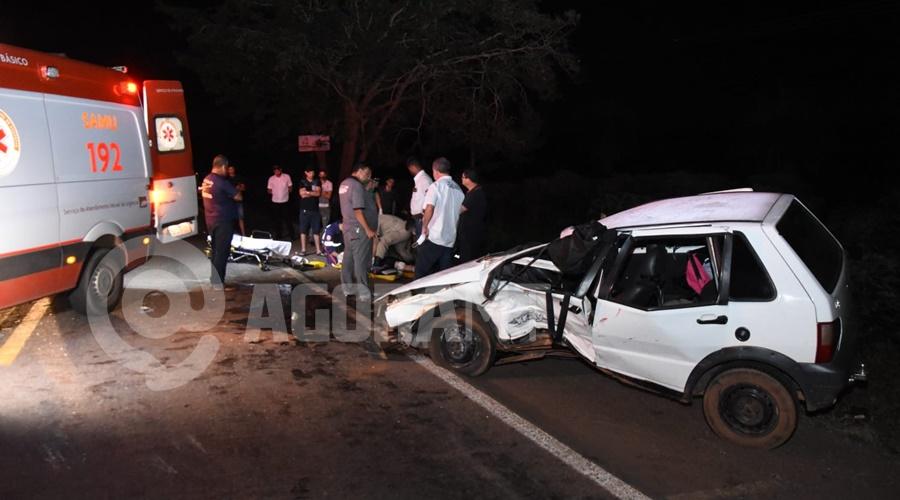 Imagem: Dentro do Uno estava uma familia envolvendo duas criancas pequenas Atropelamento seguido de capotamento causa acidente com caminhão na BR - 364