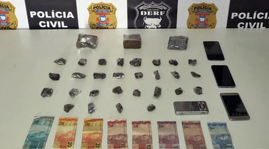 Imagem: Droga dinheiro e celulares apreendido com os suspeitos pela equipe da DERF Jovem de 18 anos é preso andando com revólver na cintura