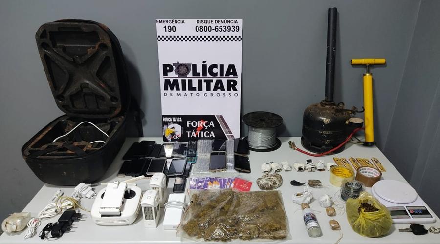 Imagem: Drones celulares droga apreenidodos pela Forca Tatica com suspeits Quadrilha especializada em usar drones para levar itens na Mata Grande é desarticulada