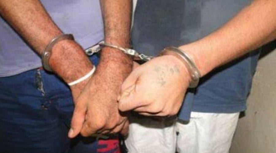 Imagem: Dupla algemadas Dupla coloca fogo em posto de vacinação e são presos na Itália
