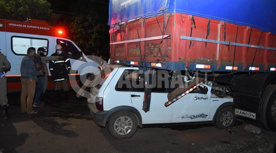 Imagem: Fiat Uno ficou cravada em baixo da carreta Uno vai parar embaixo de carreta após acidente próximo ao viaduto