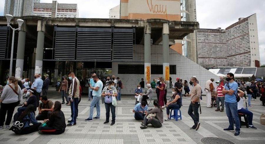 Imagem: Fila para tomar vacina na VENEZUELA Vacinação anticovid inicia com filas e confusões na Venezuela
