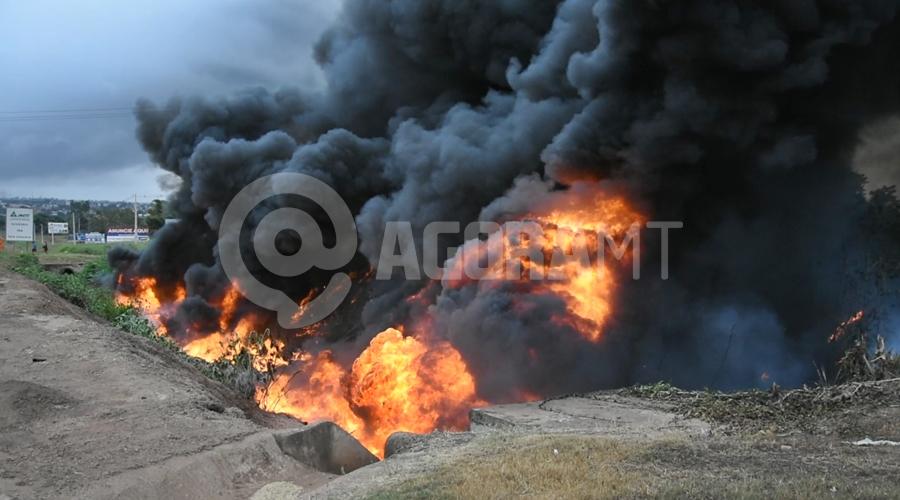 Imagem: Incendio em galeria de agua Duas carretas pegam fogo após caminhão-tanque tombar