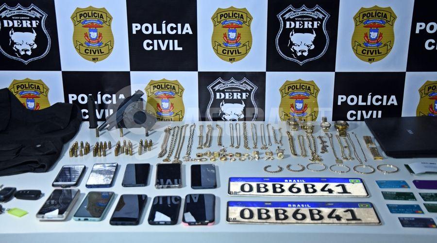 Imagem: Joias celulares e arma apreendido com suspeitos detidos pela equipe da DERF Líder de associação criminosa é preso com ouro e carros de 'luxo'