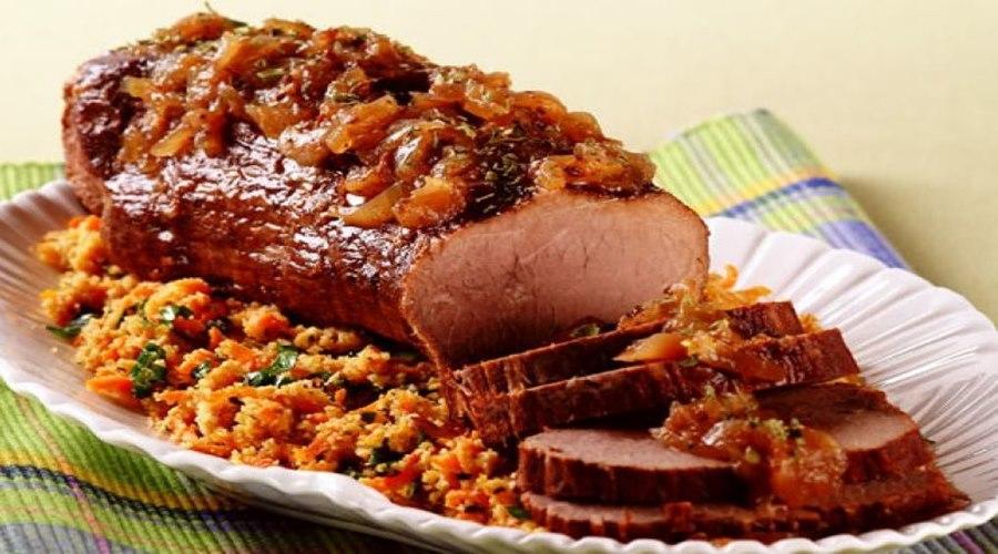 Imagem: Lagarto com farofa de cenoura Que tal para este feriado um delicioso lagarto com farofa de cenoura