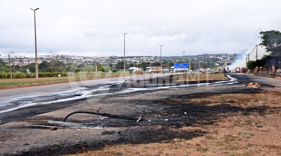 Imagem: Local onde pegou fogo Duas carretas pegam fogo após caminhão-tanque tombar