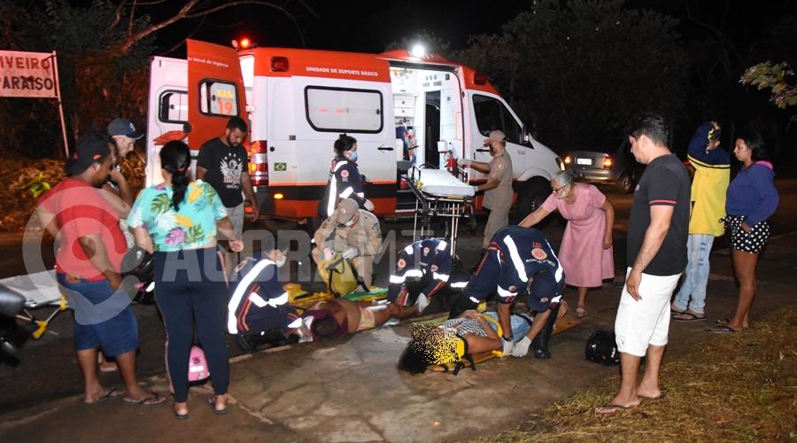 Imagem: Mae e filha ao solo recebendo os primeiros atendimentos Gestante sofre fratura após se envolver em acidente na Rua José Barriga