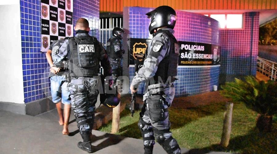Imagem: Menor infrator sendo conduzido para a 1o DP Força Tática apreende indivíduo suspeito de tráfico no Jardim Liberdade