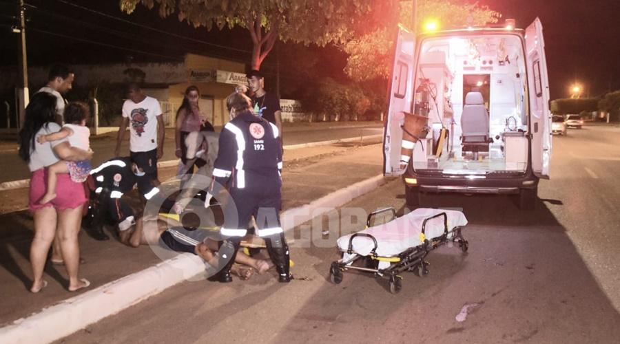 Imagem: Momento em que a equipe do Samu chegou no local do acidente Motociclista se distrai ao acenar para conhecidos e bate na traseira de outra moto