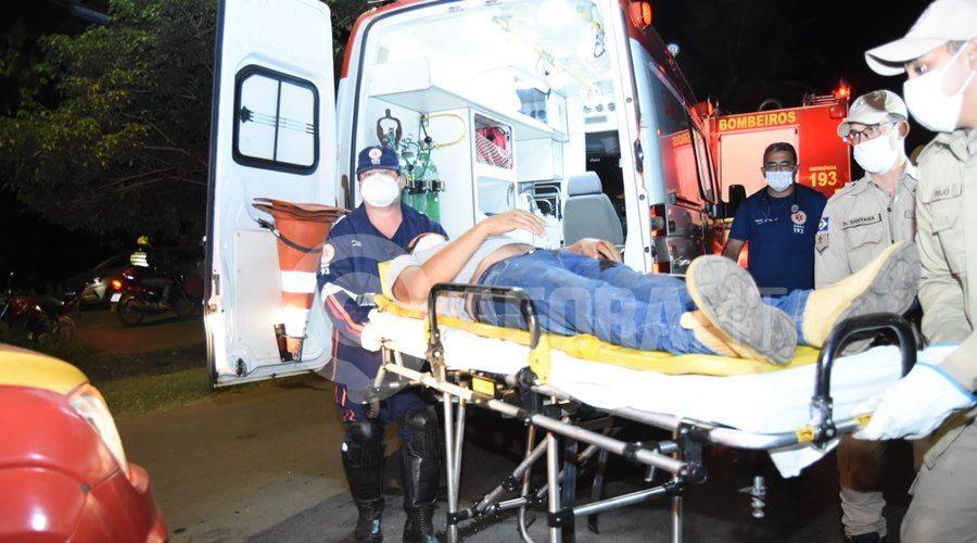 Imagem: Momento em que a vitima foi socorrida Uno vai parar embaixo de carreta após acidente próximo ao viaduto