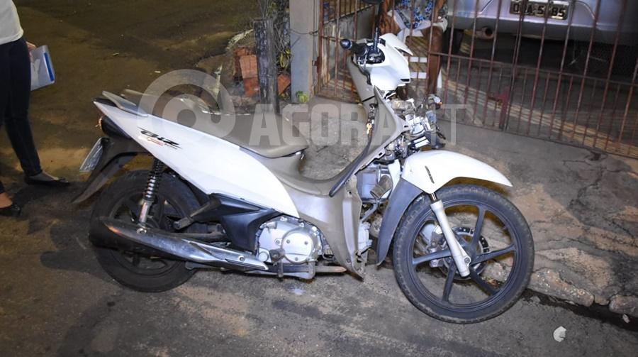 Imagem: Moto Biz envolvida em acidente Motoqueiro em alta velocidade causa acidente e fica ferido