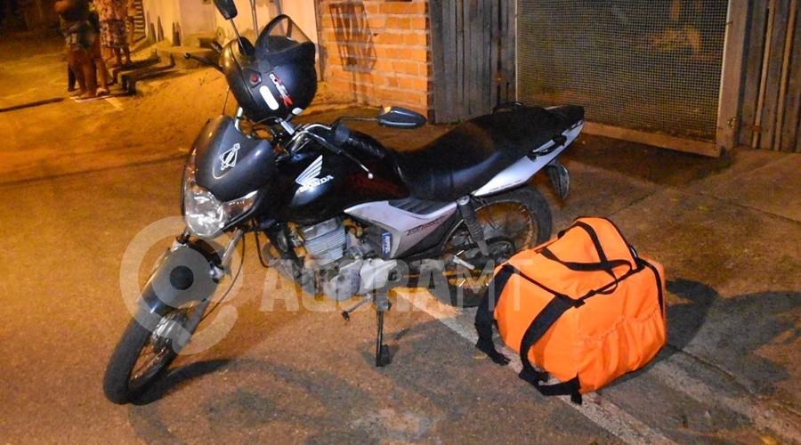 Imagem: Moto do entregador ferido no acidente Motorista atropela delivery, foge do local, mas é capturado e preso