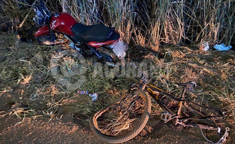 Imagem: Moto e bicicleta envolvida no acidente Motoqueiro desvia de buraco e atinge ciclista que estava voltando do trabalho