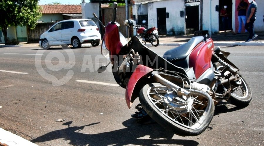 Imagem: Motocicleta e automovel envolvidos na colisao Jovem é socorrida em estado gravíssimo após acidente em Rondonópolis