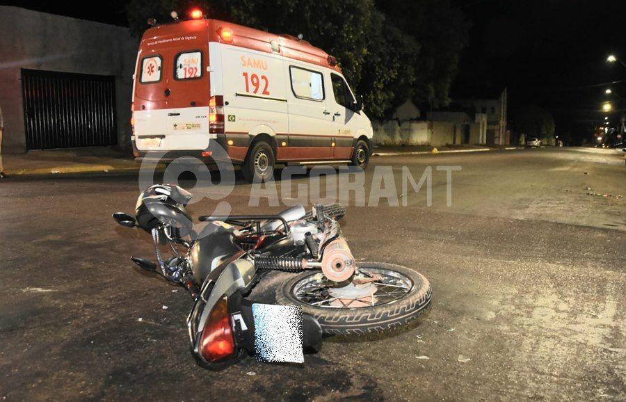 Imagem: Motocicleta envolvida em acidente 1 Motoqueiro invade a preferencial na 15 de Novembro e fica ferido