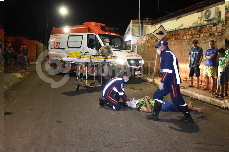 Imagem: Motoqueiro ferido recebendo atendimento Motoqueiro em alta velocidade causa acidente e fica ferido